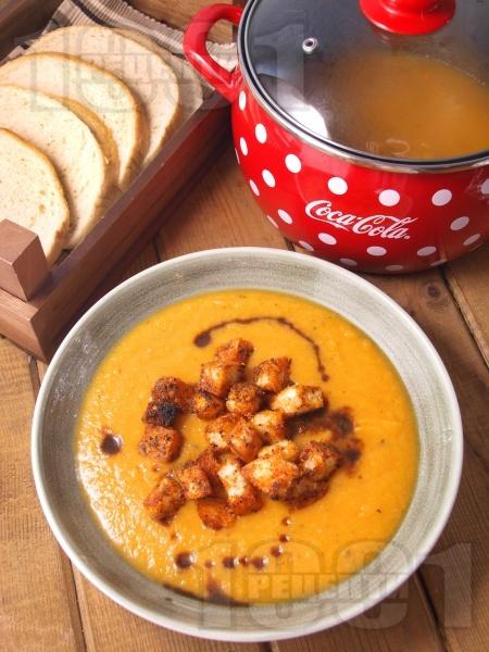 Крем супа от моркови и карфиол със сушен босилек и домашни крутони  - снимка на рецептата